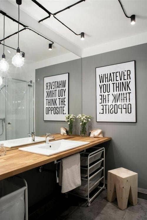 banheiro tumblr com pia de madeira e trilho de iluminacao