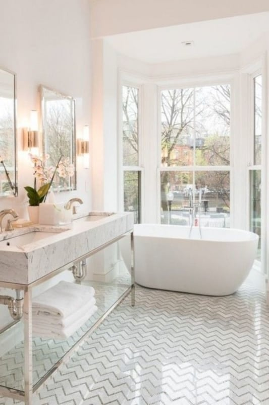 banheiro tumblr com pia de marmore e vista para fora