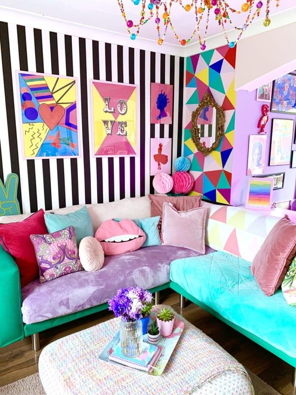 sala colorida com parede listrada