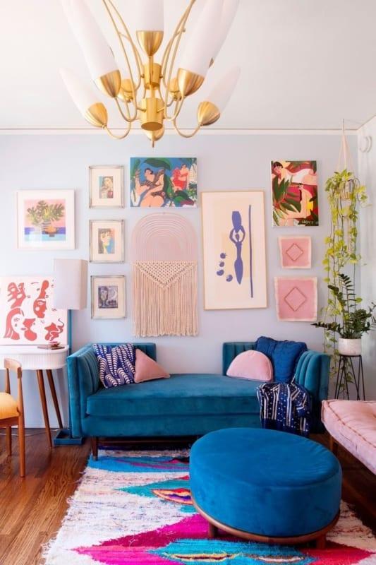 sala colorida com sofa e puff azul
