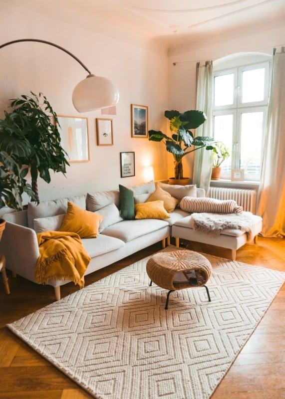sala com cores em tons quentes e acolhedores