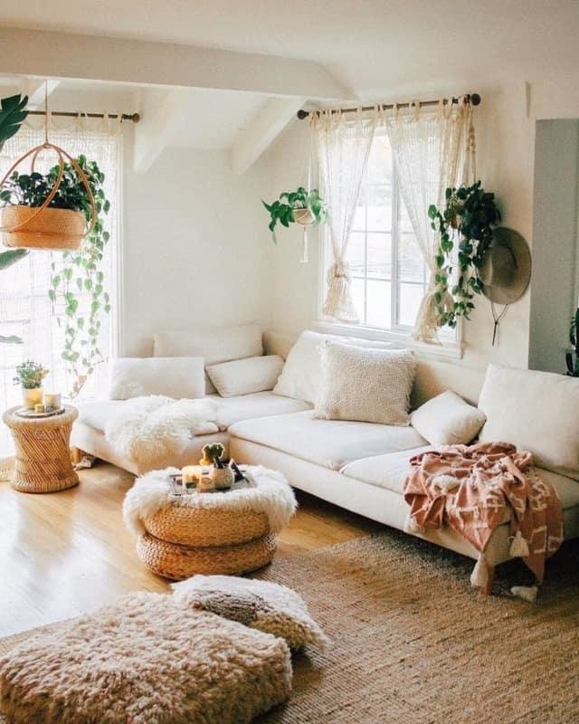 sala com sofa branco plantas e elementos em vime