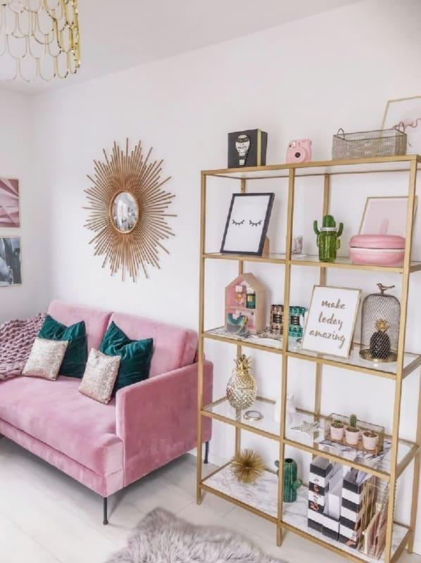 sala com sofa rosa e estante organizada