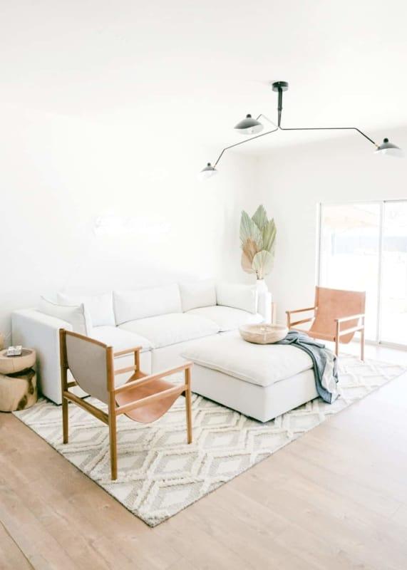 sala minimalista com muita iluminacao natural