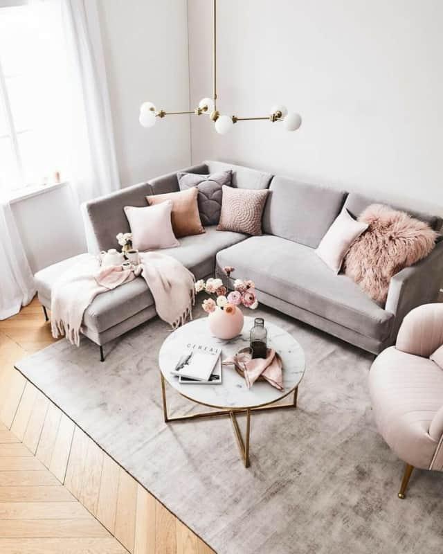 sofa cinza e mesa de centro marmorizada