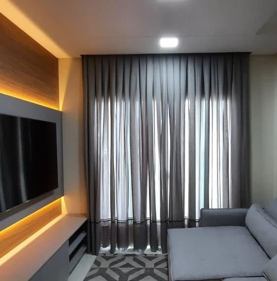 sala pequena com cortina cinza de linho