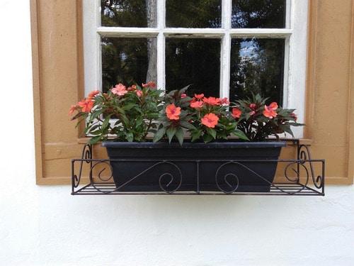 janela com floreira de ferro preto
