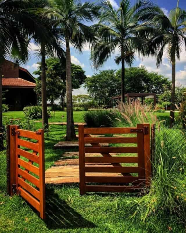 portao pivotante de madeira para casa de campo