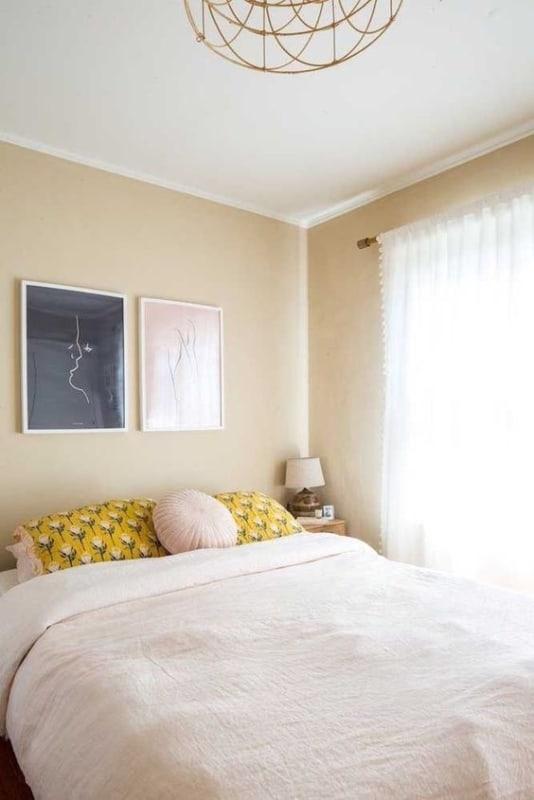 quarto com decoracao simples e parede palha