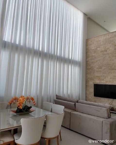sala com pe direito duplo e cortina branca de linho