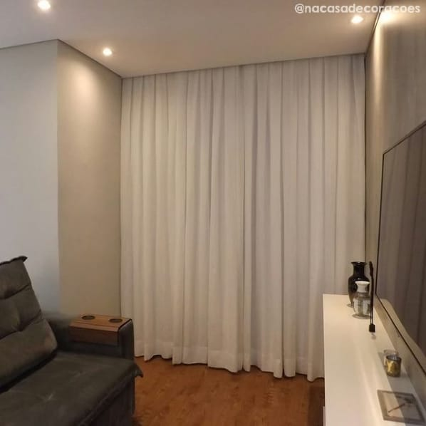 sala com cortina de linho branca