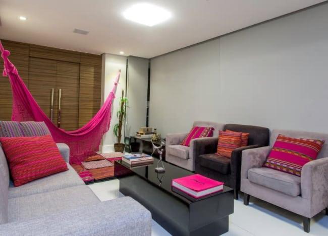 sala decorada com rede e almofadas na cor magenta