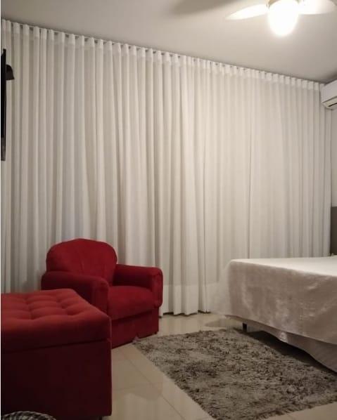 cortina branca de linho no quarto