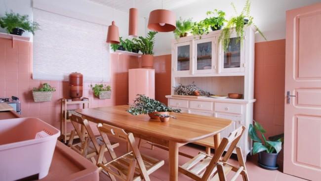 cozinha com azulejos pintados de rosa