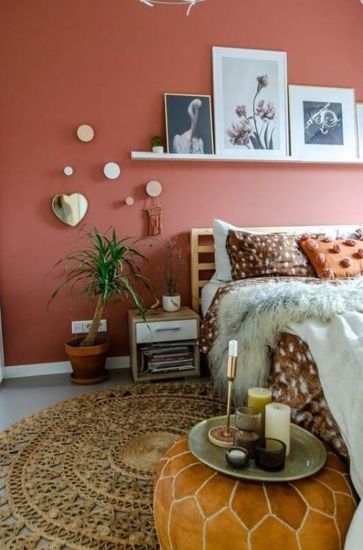 quarto com parede em cor goiaba