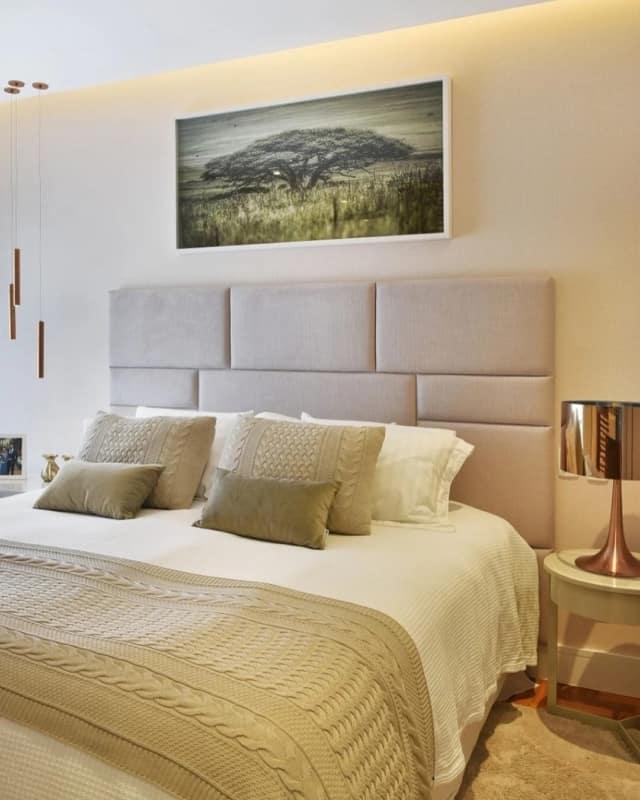 quarto de casal com parede cor palha