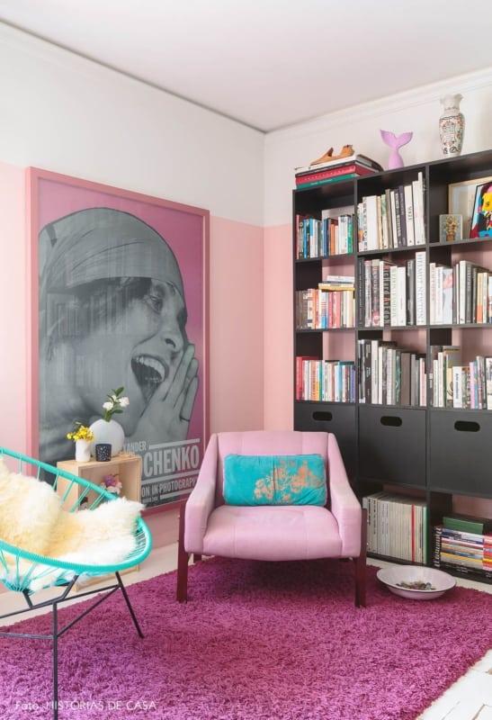sala com tapete magenta e estante de livros