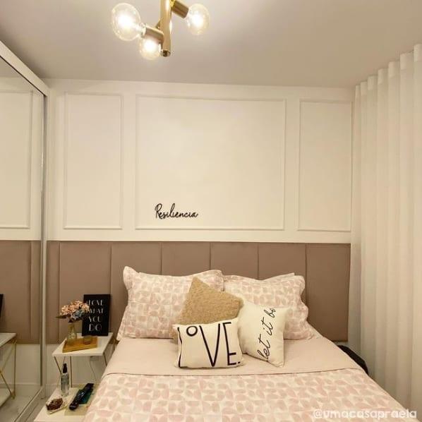 cortina de linho branco em quarto pequeno