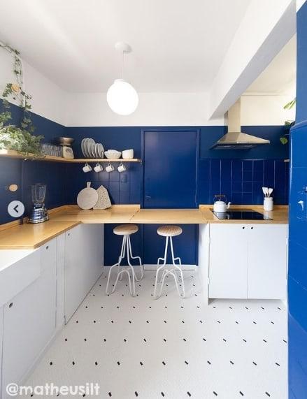 cozinha com azulejos pintados de azul