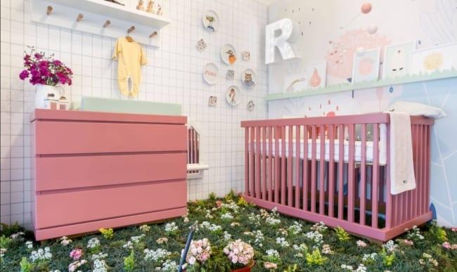 quarto de bebe com moveis em cor goiaba