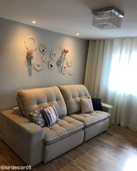 sala com sofa bege e parede cromio suvinil