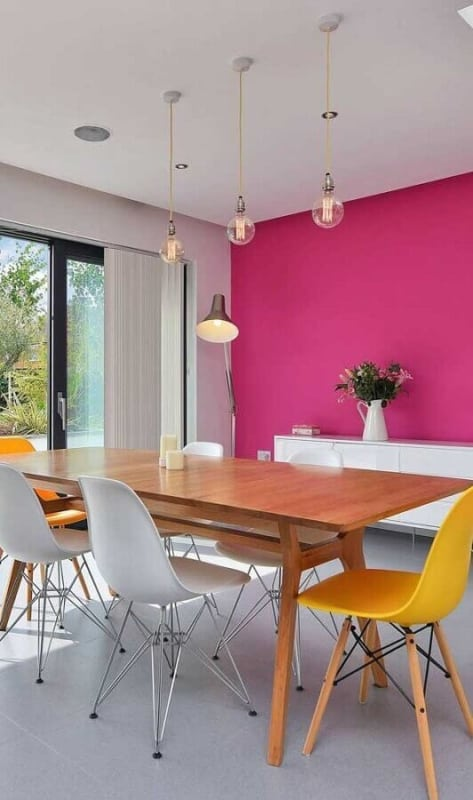 sala de jantar com cor magenta na parede