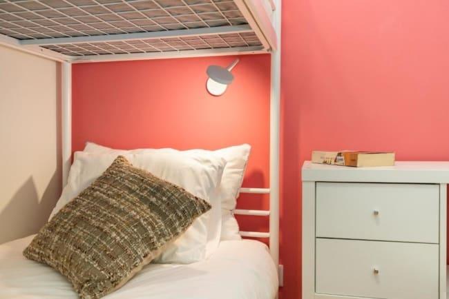 quarto de solteiro com parede cor goiaba