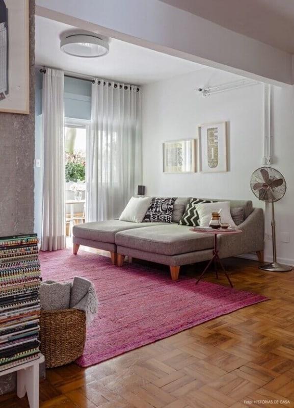 sala com sofa cinza e tapete magenta