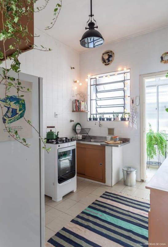 cozinha antiga com azulejos pintados de branco