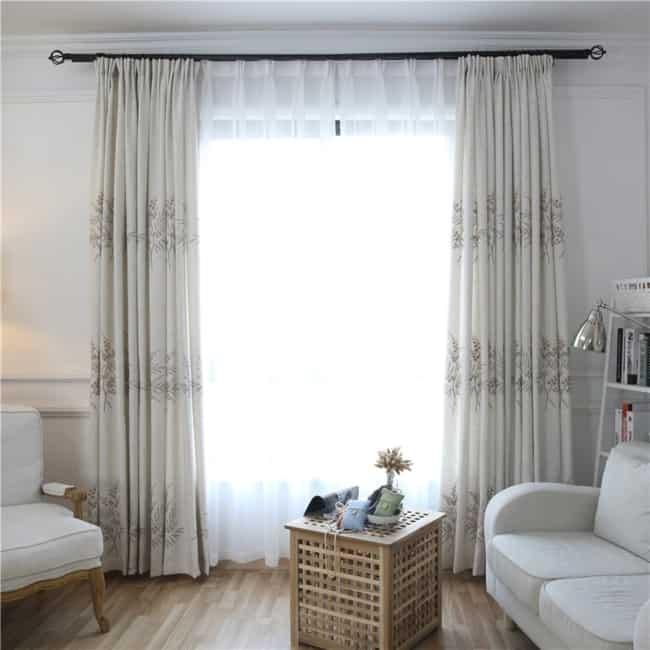 sala com cortina bordada de linho