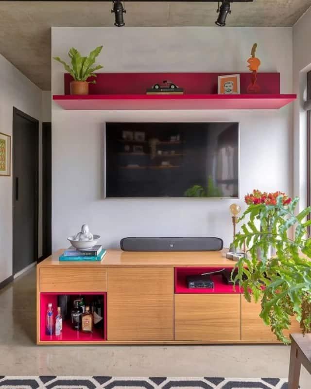 sala pequena com detalhes em cor magenta