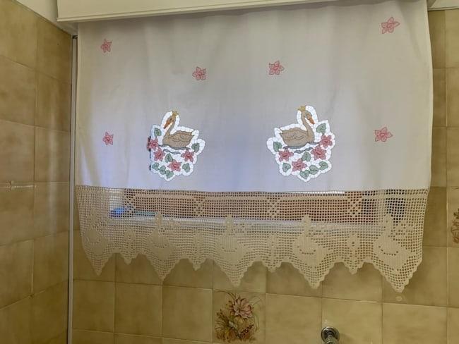 cortina de linho com bordado e barrado de croche