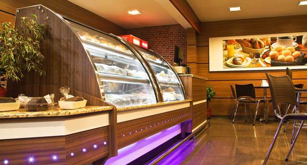 decoracao de padaria moderna com detalhe de iluminacao de led