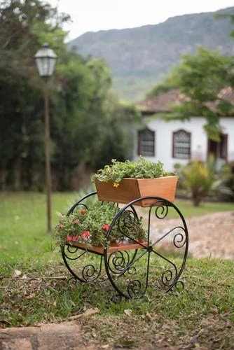 floreira rustica de ferro no jardim