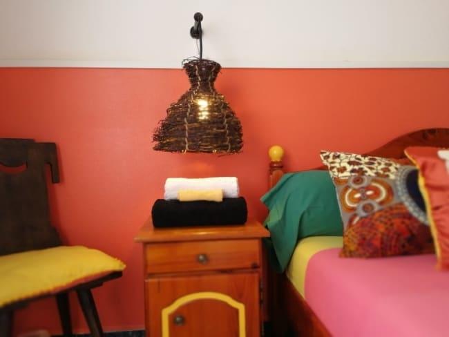 quarto decorado com meia parede goiaba