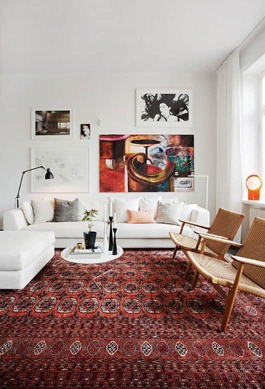 sala com tapete na cor marsala e sofa branco