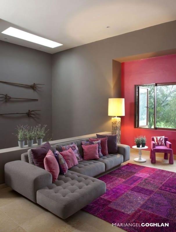 sala moderna com decoracao em cinza e magenta