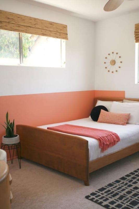 quarto com meia parede em cor goiaba