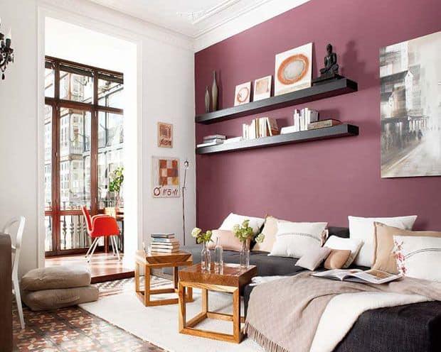 sala com parede marsala