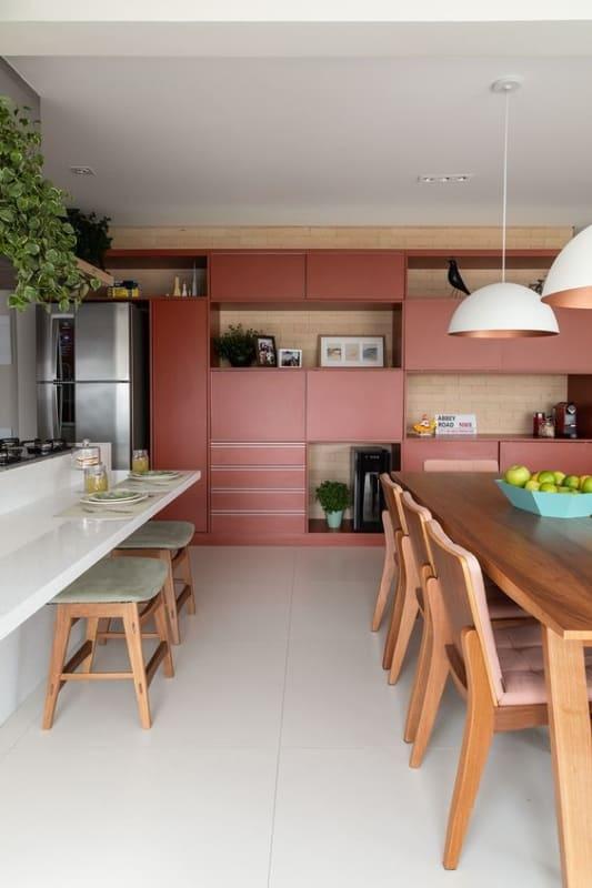cozinha planejada com armarios planejados na cor goiaba
