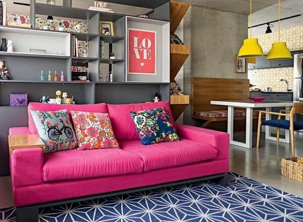 decoracao de sala com sofa magenta e tapete azul