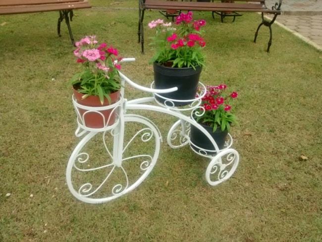 floreira de bicicleta decorando jardim