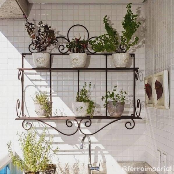 sacada com floreira de ferro na parede