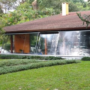 casa com toldo cristal na varanda