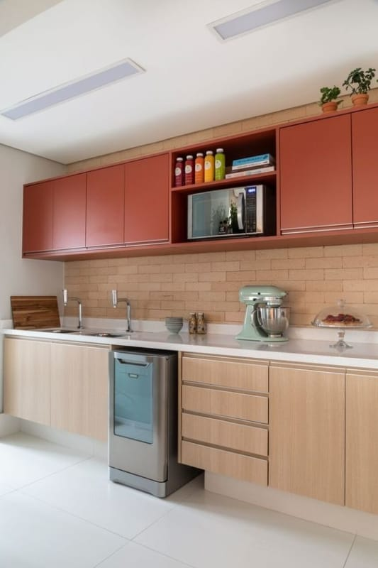 cozinha com armarios em cor goiaba