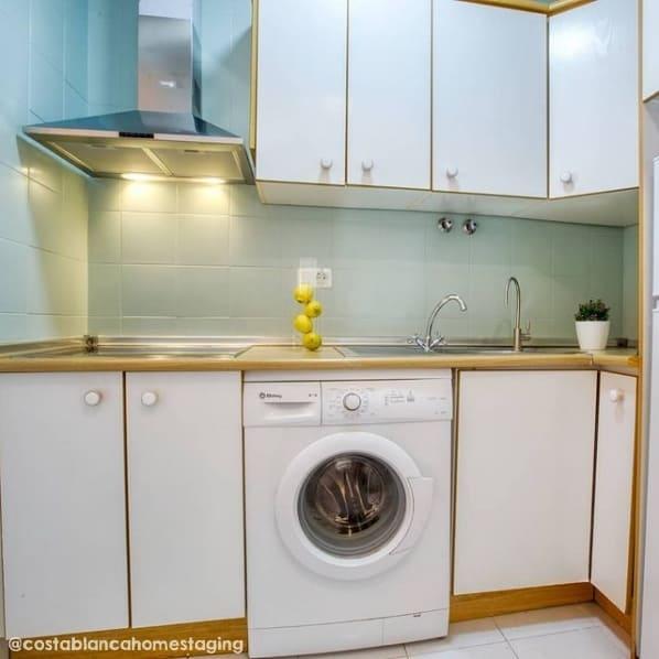 cozinha com azulejos pintados em verde menta