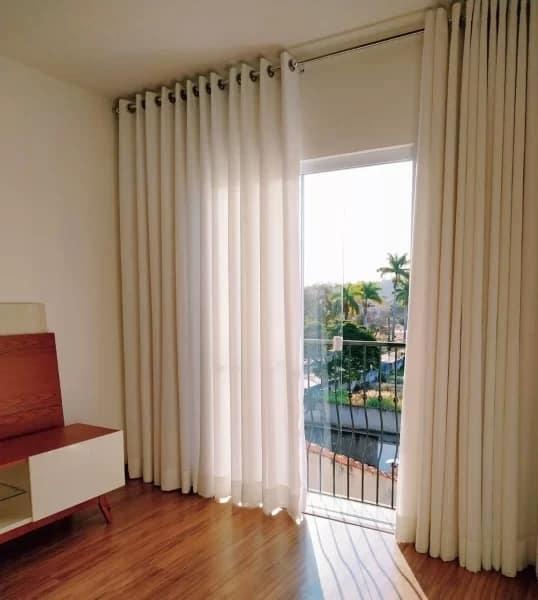 sala com cortina de linho em varao