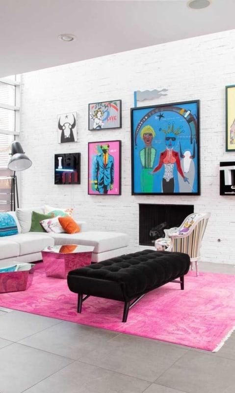 sala decorada com tapete magenta