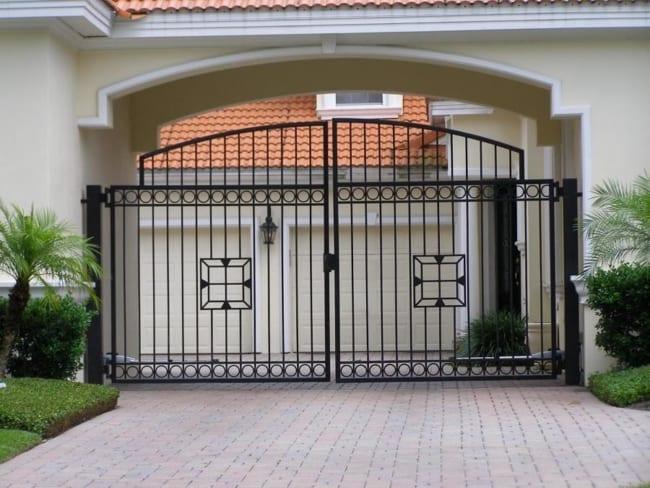 casa com portao de ferro pivotante