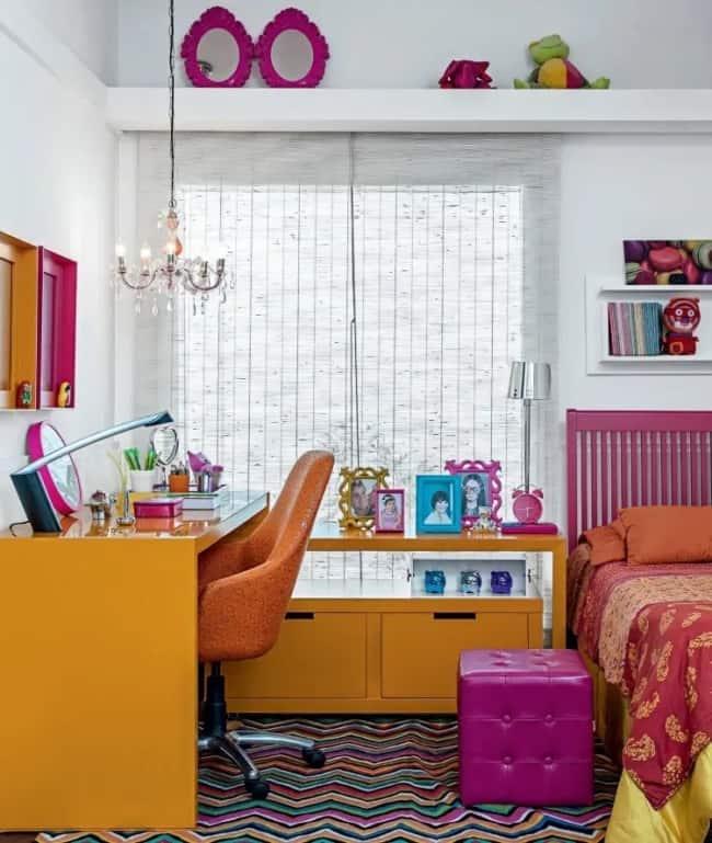 quarto colorido com detalhes em magenta